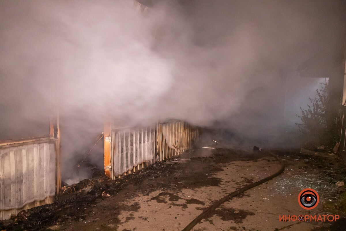 """У Дніпрі на Шолохова згоріли кілька кіосків. Фото """"Інформатор"""""""