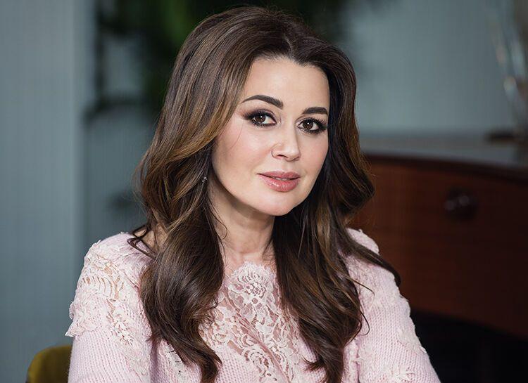 Соседи Заворотнюк рассказали, что актриса идет на поправку и готова вернуться в кино (фото – u.hellomagazine.com)