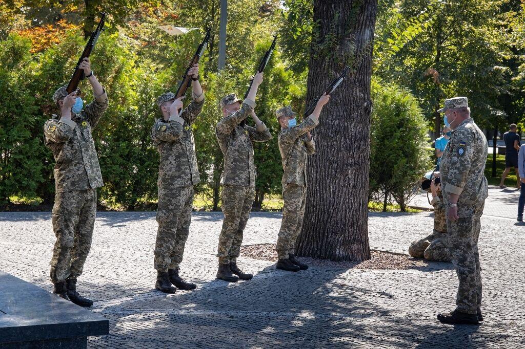 Военные дали торжественный залп из автоматов в честь героев.
