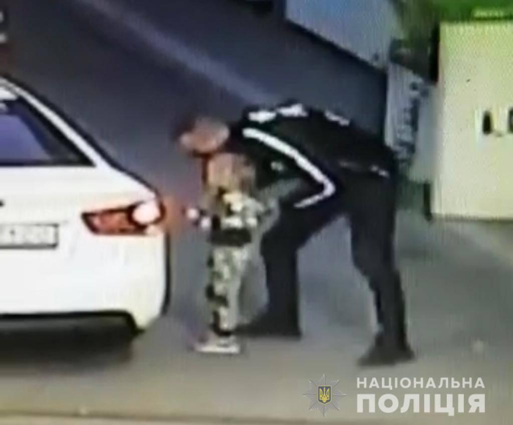 Викрадач дівчинки потрапив на камери спостереження