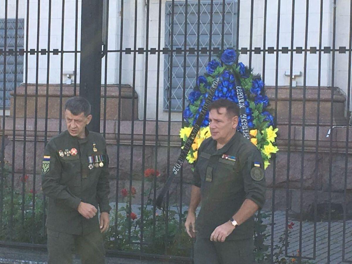 За словами ветеранів, цей вінок має нагадати російській владі: про їх злочини в Україні пам'ятають.