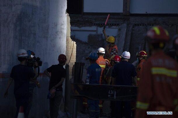 Под завалами нашли тела 17 человек