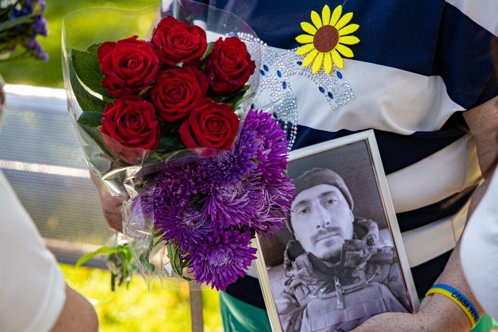 Родные Героев принесли фото погибших бойцов.