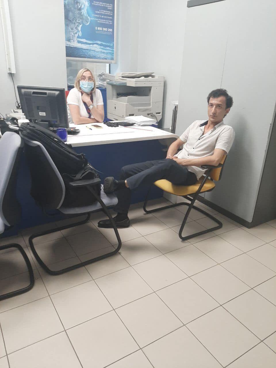 Террорист Каримов в отделении банка, который он захватил