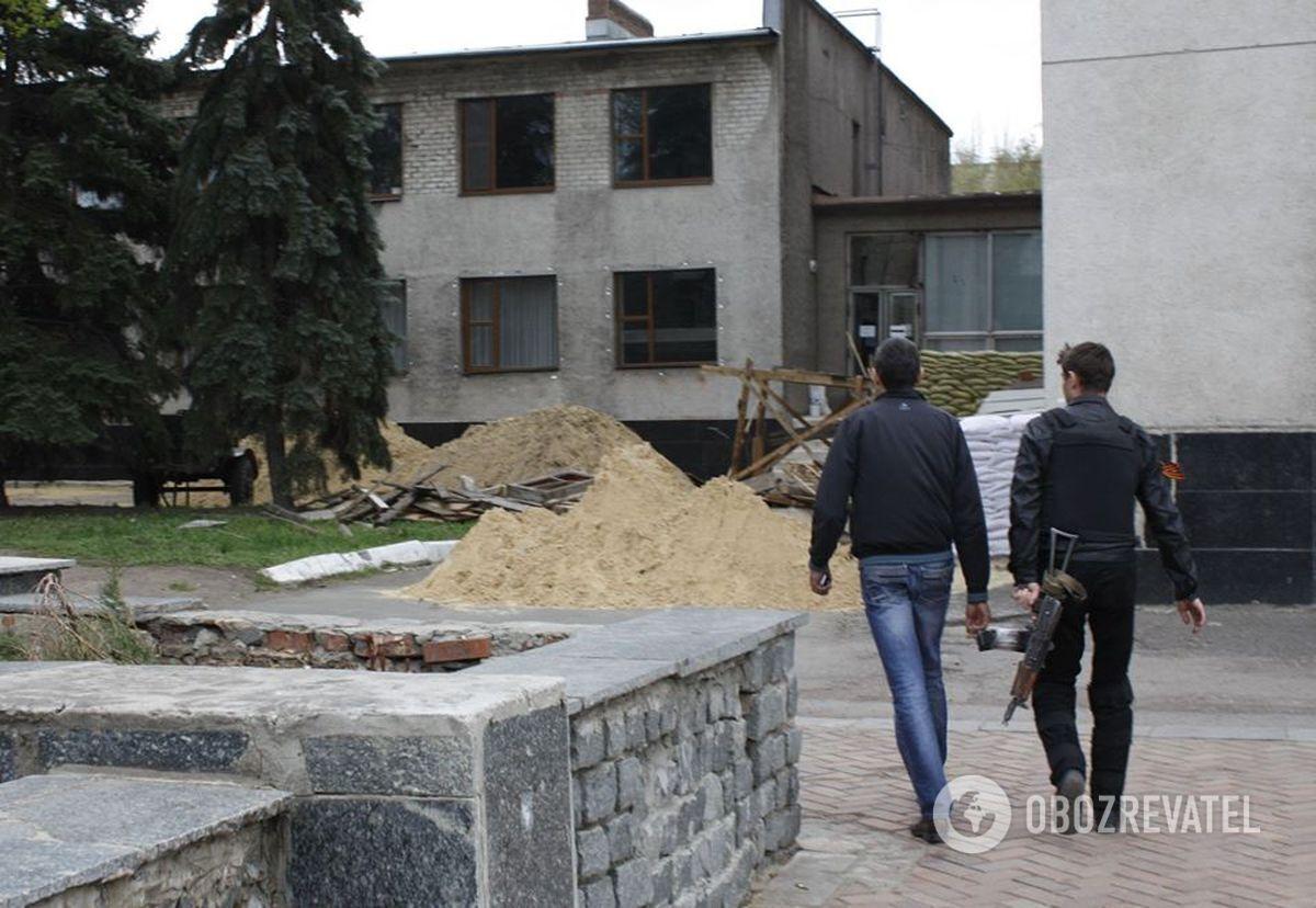 """Захоплений """"стрєлківцями"""" виконком Слов'янська. 20 квітня 2014 року."""