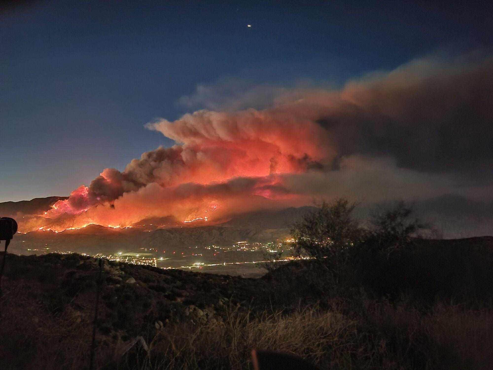 Огонь виден с горы Эдна у шоссе 243.