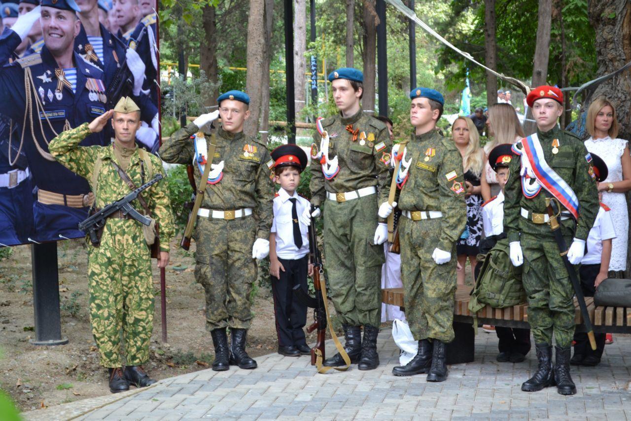 Маленьких кримчан одягли у форму країни-агресорки