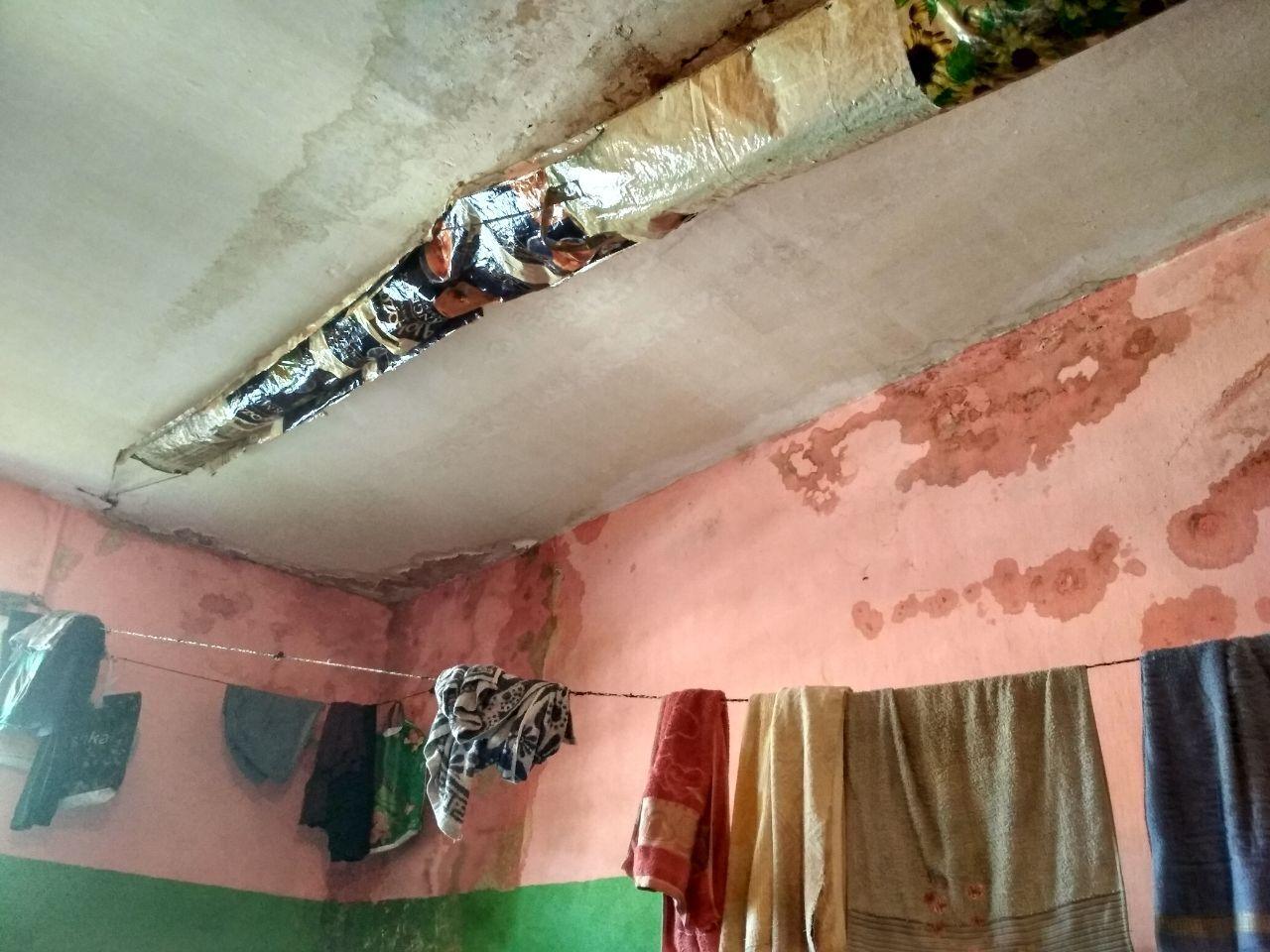 Стены и потолок некоторых камер покрыты грибком и плесенью
