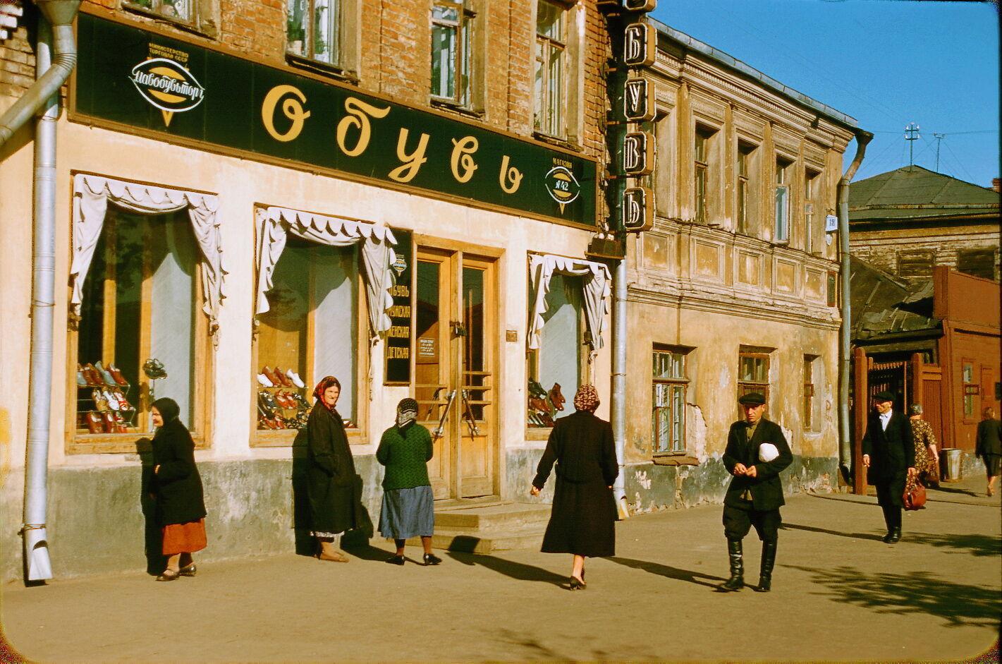 """Магазин """"Обувь"""" расположился в царской постройке, давно не видавшей ремонта"""