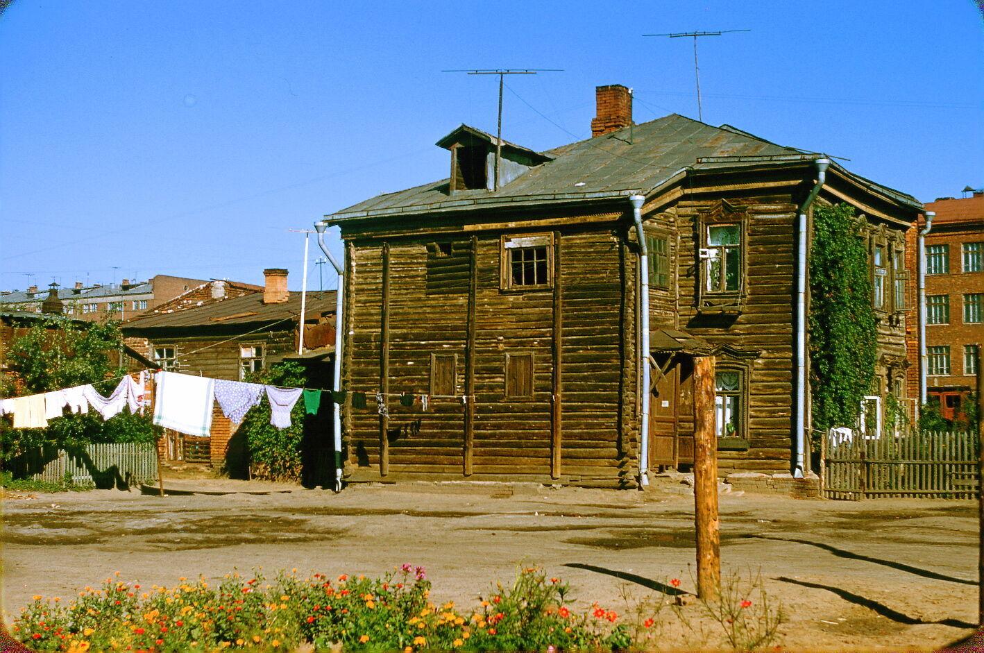 В 1950-х годах  многие москвичи жили в таких деревянных бараках