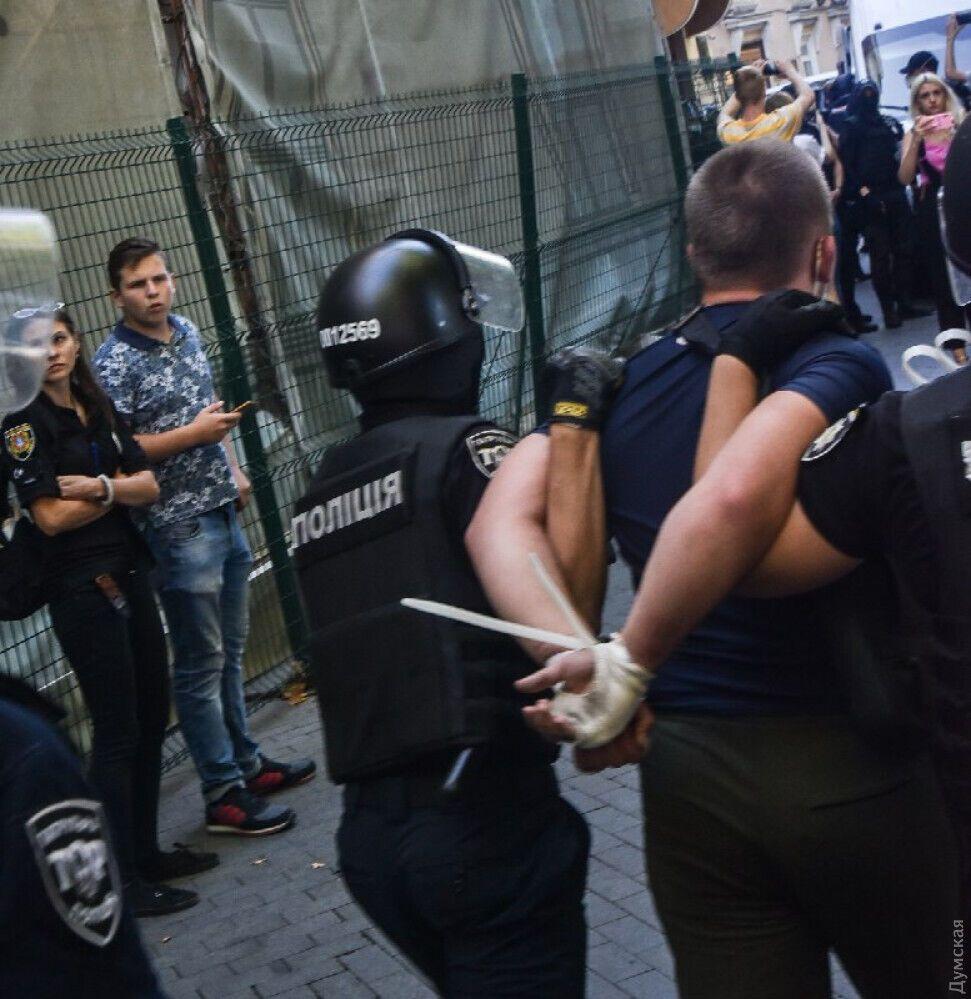 Четырех активистов задержали полицейские.