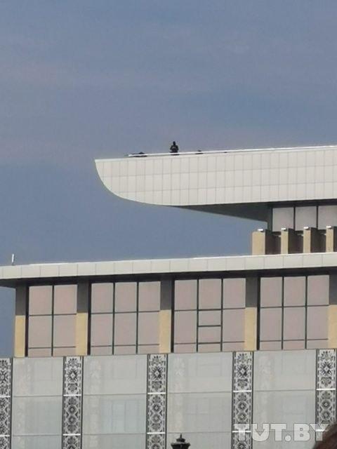 На крыше дворца Независимости замечены снайперы