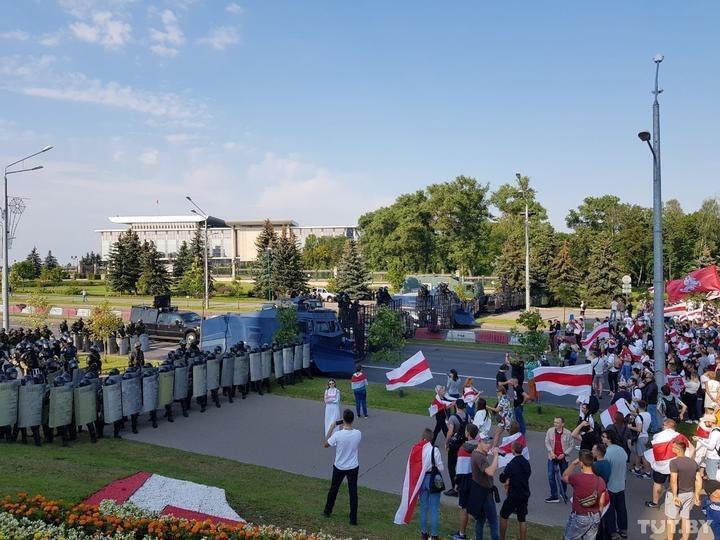 Протестующие подошли к оцеплению ОМОНа