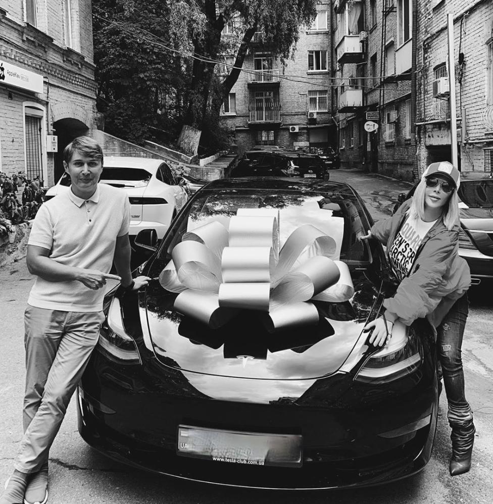 Ірина Білик отримала в подарунок електрокар Tesla.