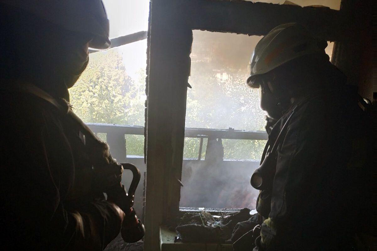 В Днепре на Кедрина загорелась квартира. Фото пресс-службы ГУ ГСЧС Украины в Днепропетровской области
