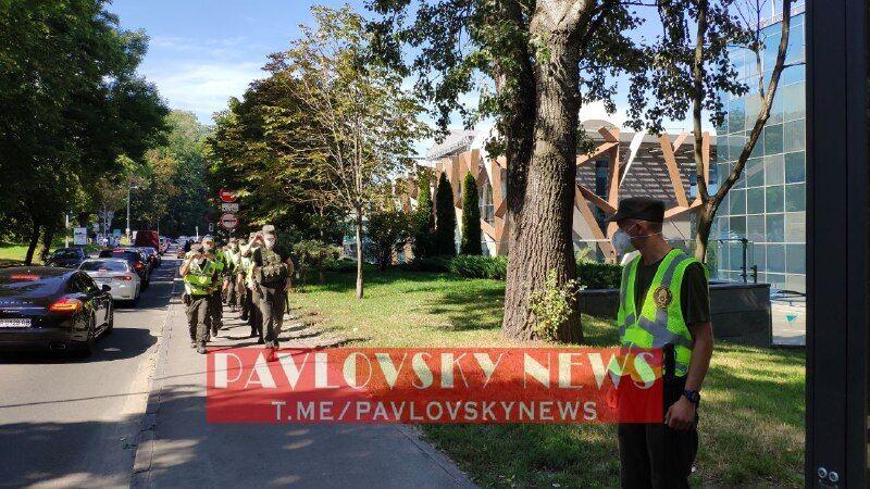 """Полиция у здания """"Паркового"""""""