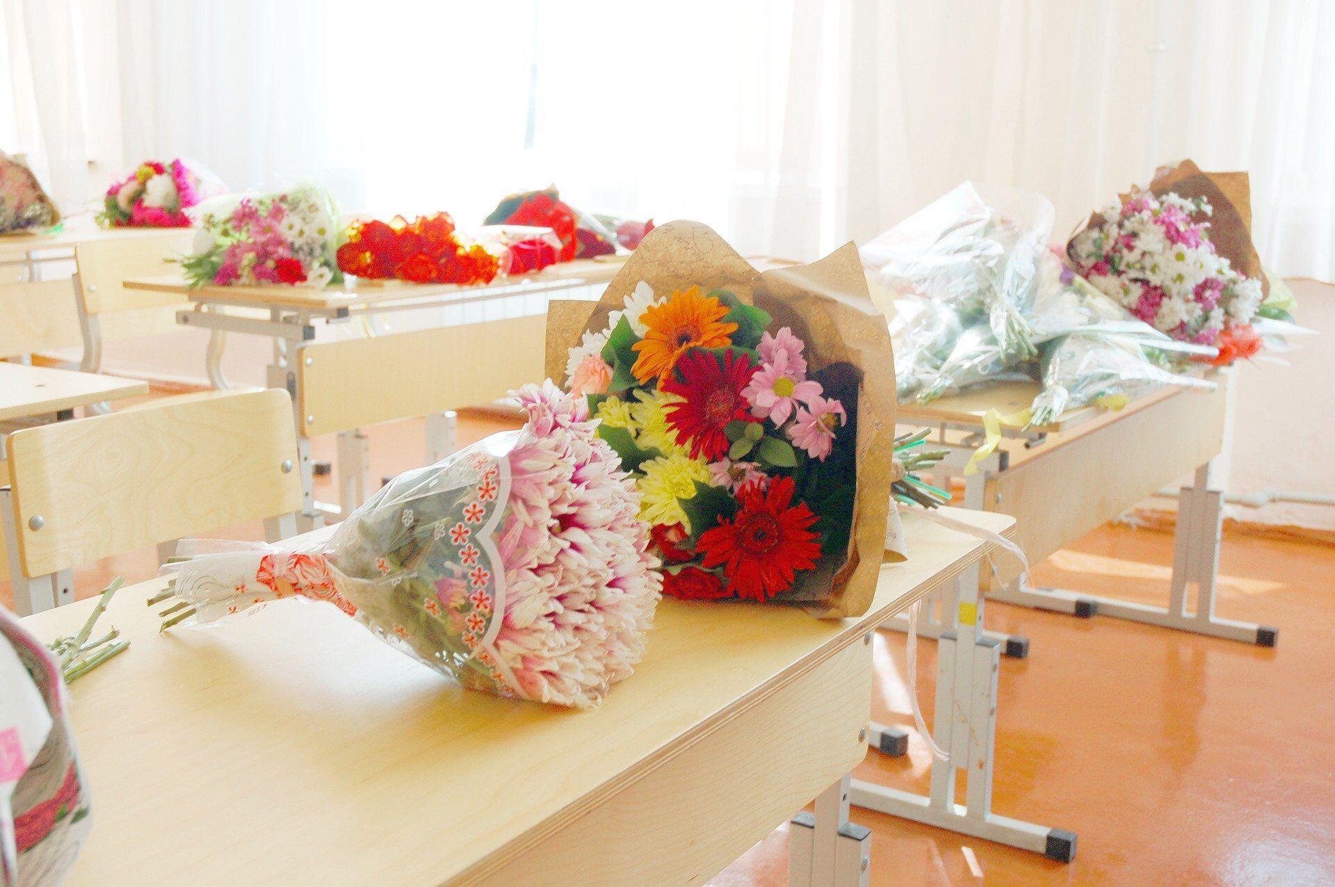 1 вересня учні традиційно вітають своїх вчителів і дарують їм квіти