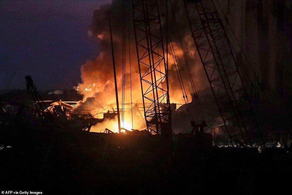 Пожар после взрывов в Бейруте