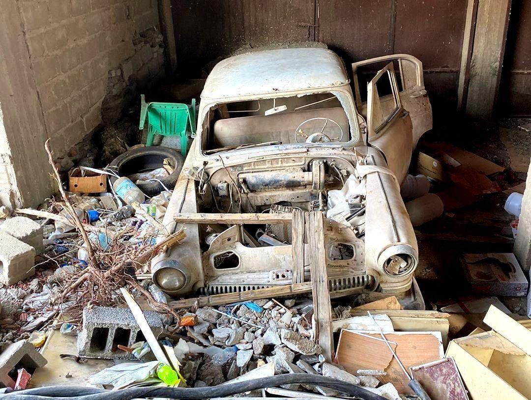 Некоторые автомобили завалены мусором.