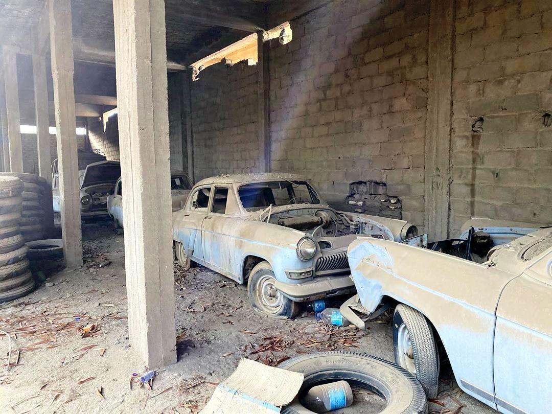 Старі Волги припадають пилом в покинутій будівлі.