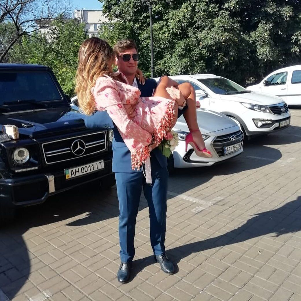Євген Селезньов несе на руках свою наречену