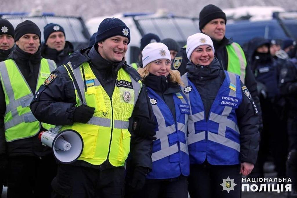 Виктория Азарова – начальник отдела превентивной коммуникации Управления превентивной деятельности ГУНП в Киеве. Это подразделение более известно как полиция диалога. На многочисленных массовых акциях, митингах и даже футбольных матчах можно заметить сотрудников в синих жилетах