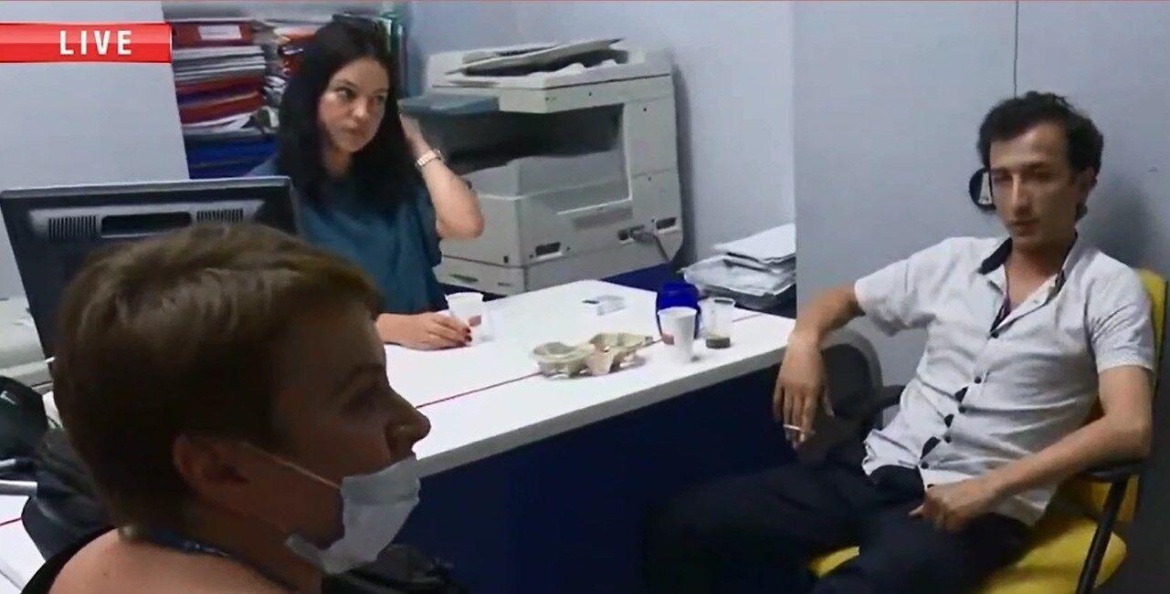 """Руководитель полиции диалога под видом журналиста Виктория Азарова (слева) """"берет интервью"""" у захватившего отделение банка."""