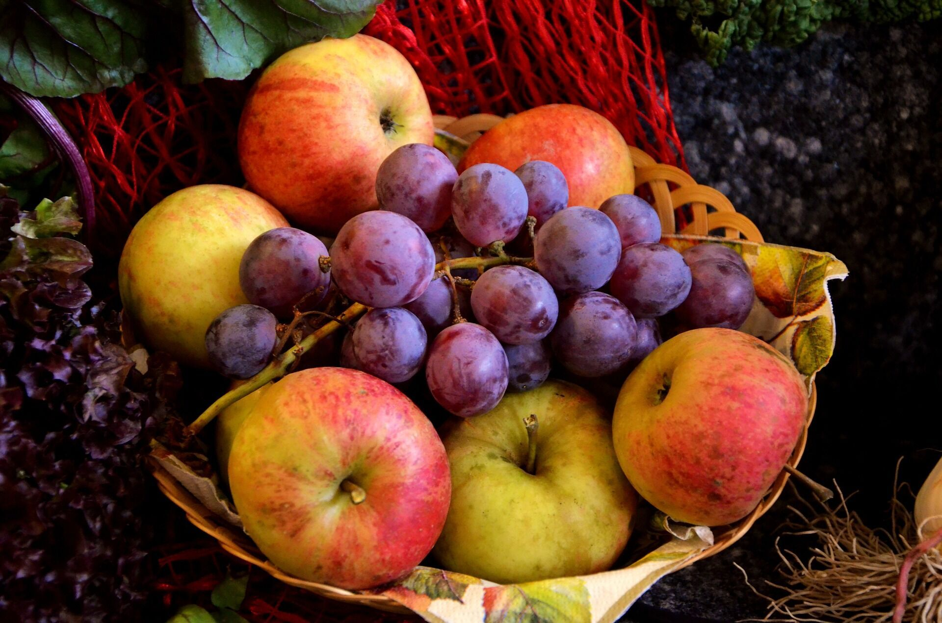 У Яблучний Спас прийнято освячувати яблука та виноград у церкві, а також готувати різні страви з яблук