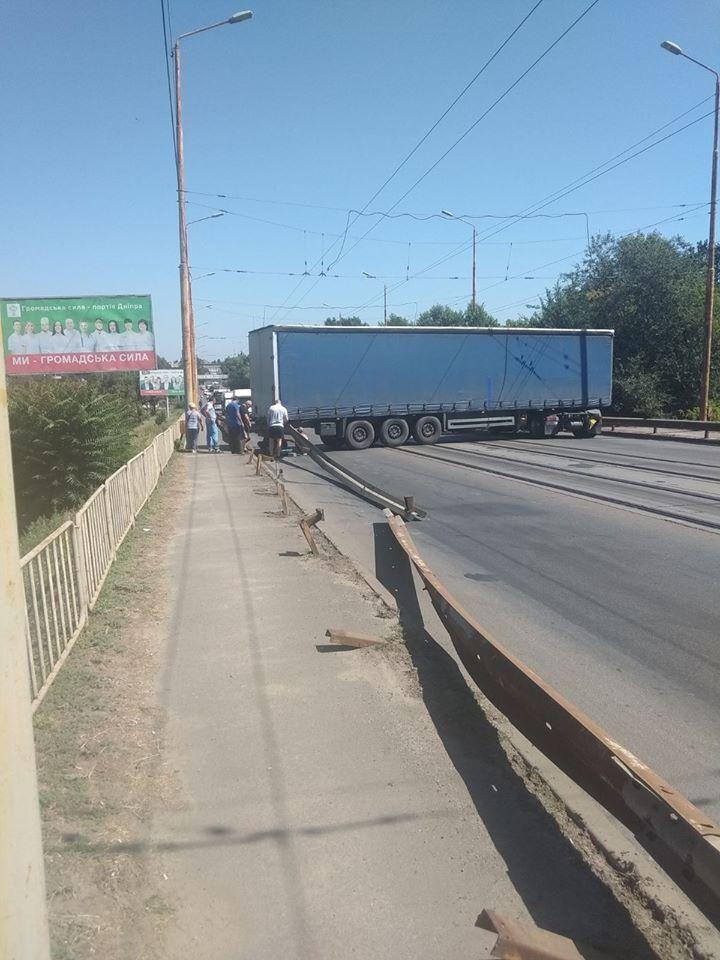 У Дніпрі фура застрягла поперек мосту: утворився величезний затор