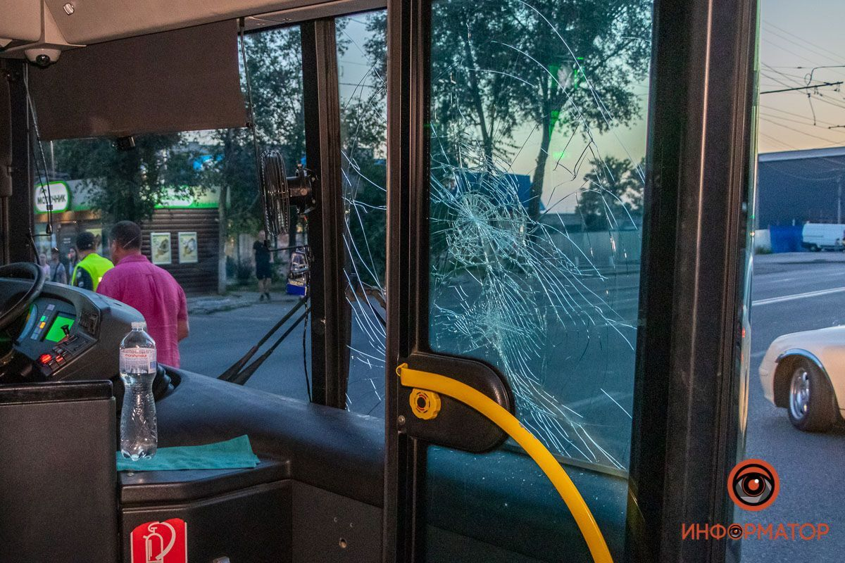 """У Дніпрі авто """"підрізало"""" автобус з пасажирами. Фото """"Інформатор"""""""