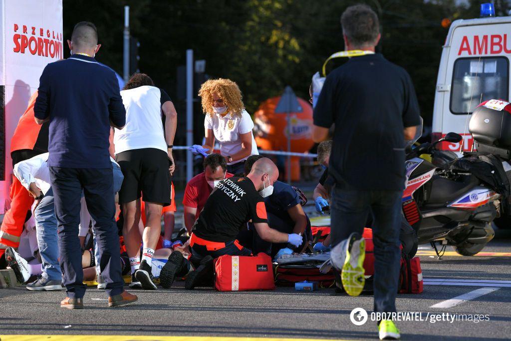 Велогонка Тур Польши: медики оказывают помощь велосиедистам, попавшим в аварию