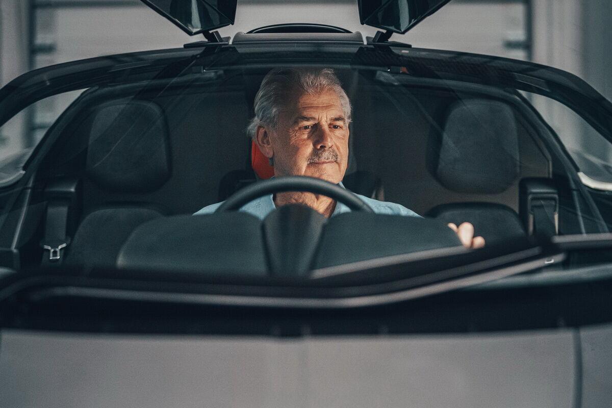 Гордон Мюррей с улыбкой чеширского кота за рулем своего нового суперкара. Фото: