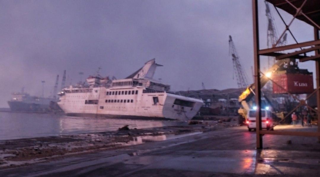 Взрывы в Бейруте затопили круизный лайнер.
