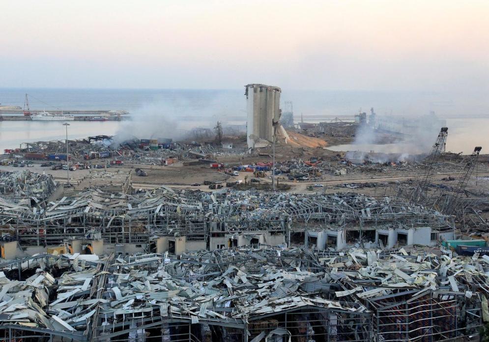 Разрушения на месте взрыва в порту Бейрута