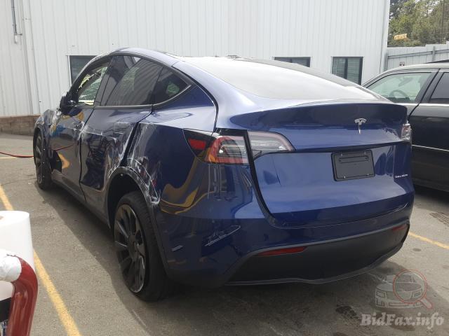 На кузові Tesla Model Y не залишилося вцілілих елементів.