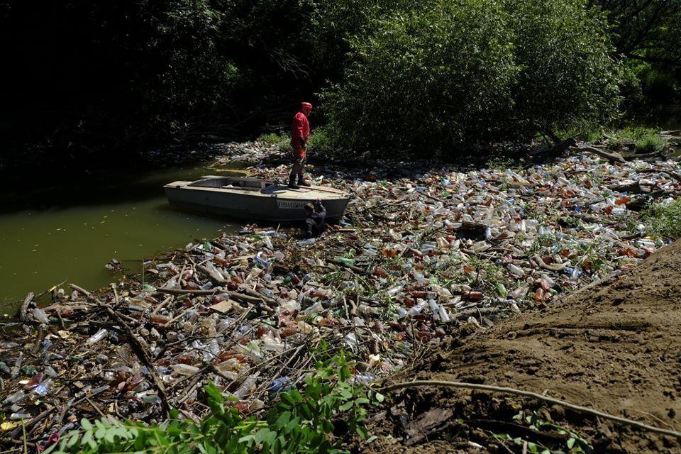 Спасатели пытаются расчистить реку от мусора