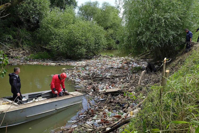 Мусор в реках стал результатом дождей и человеческой деятельности
