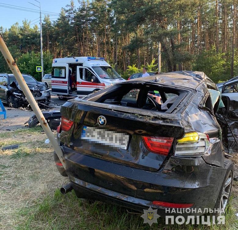 У Києві на Старообухівській трасі BMW X7 протаранив легковик: три особи загинули. Фото і відео