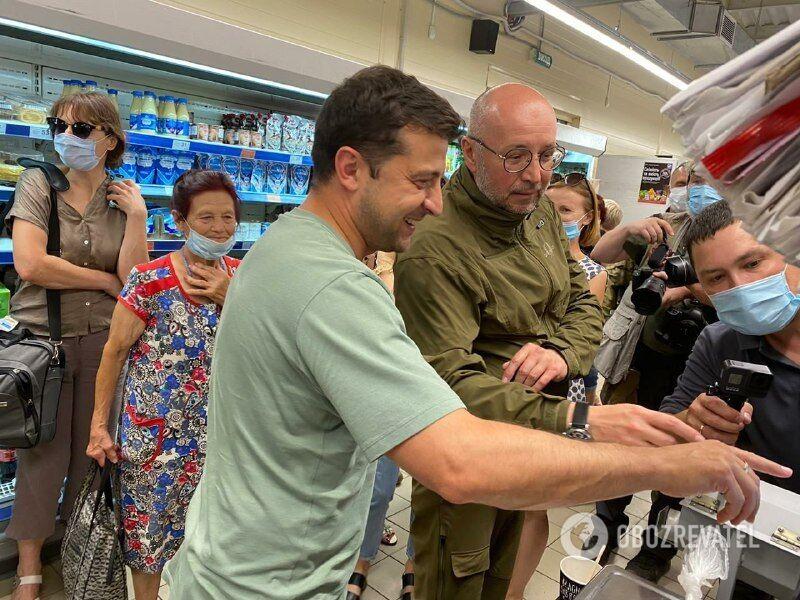 Зеленский покупает сладости в магазине