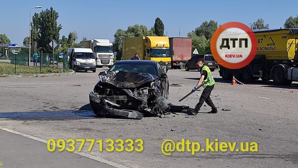 Під Києвом авто після ДТП розірвало на шматки, загинула людина