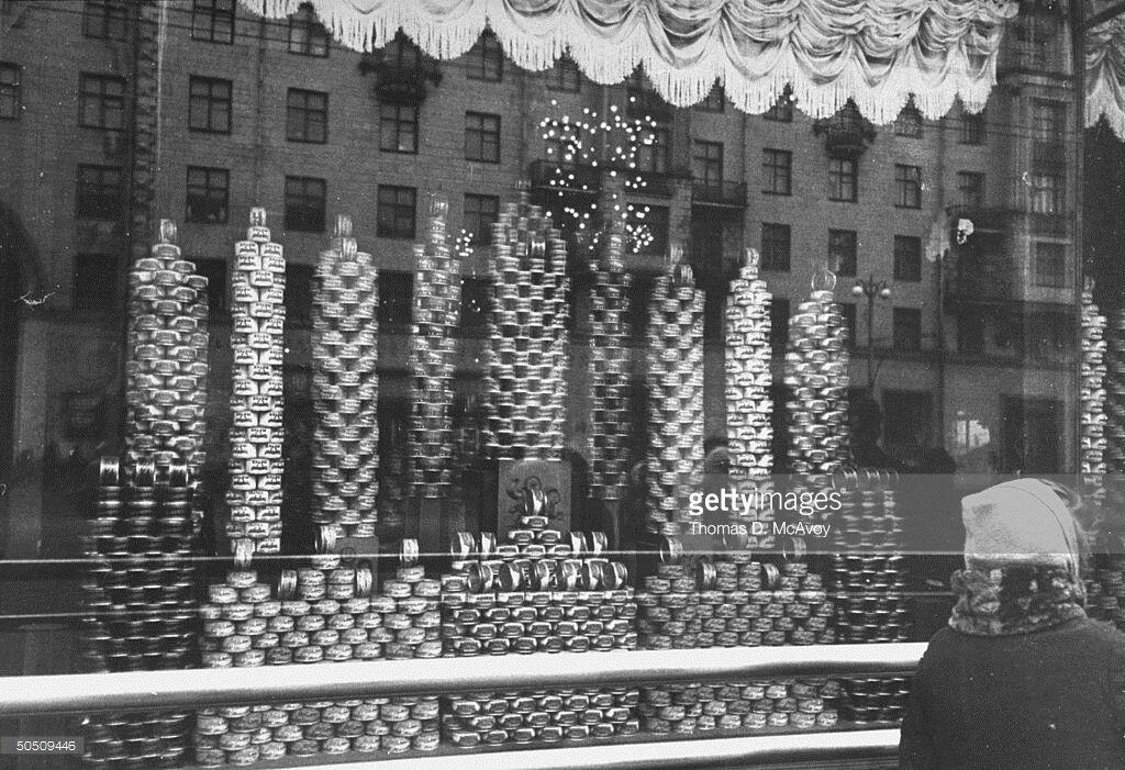 Полиці з консервами в СРСР