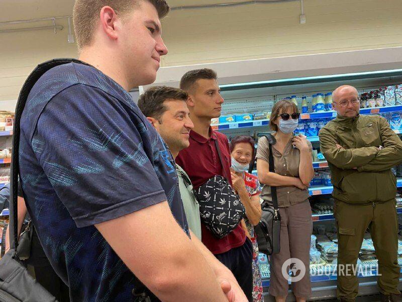 Зеленский сделал фото с посетителями магазина