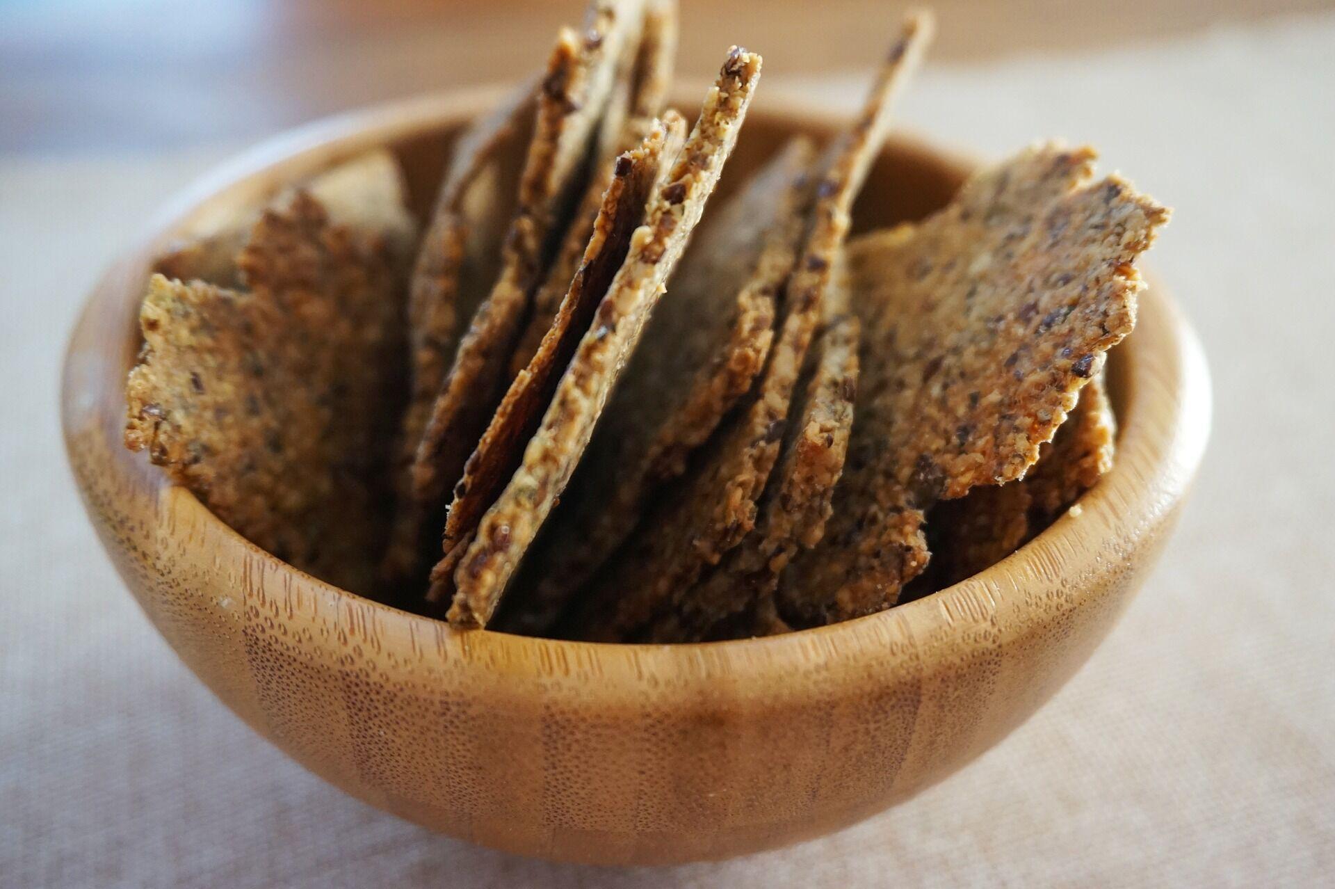 100 г крекеров могут содержать около 7-9 г сахара