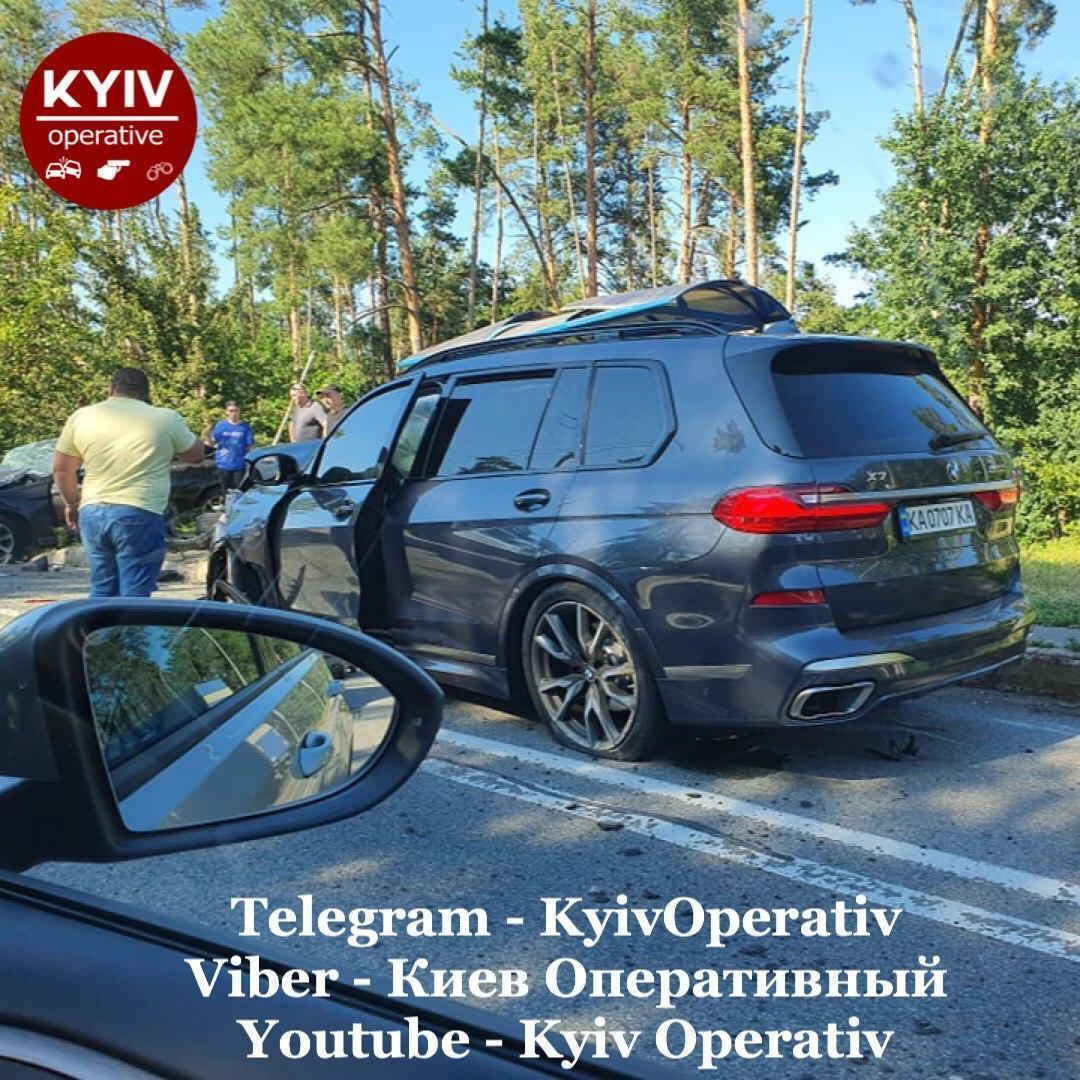 У Києві BMW X7 протаранив легковик