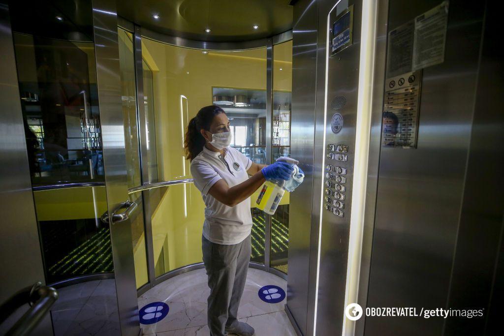 Персонал постійно дезінфікує місця громадського користування