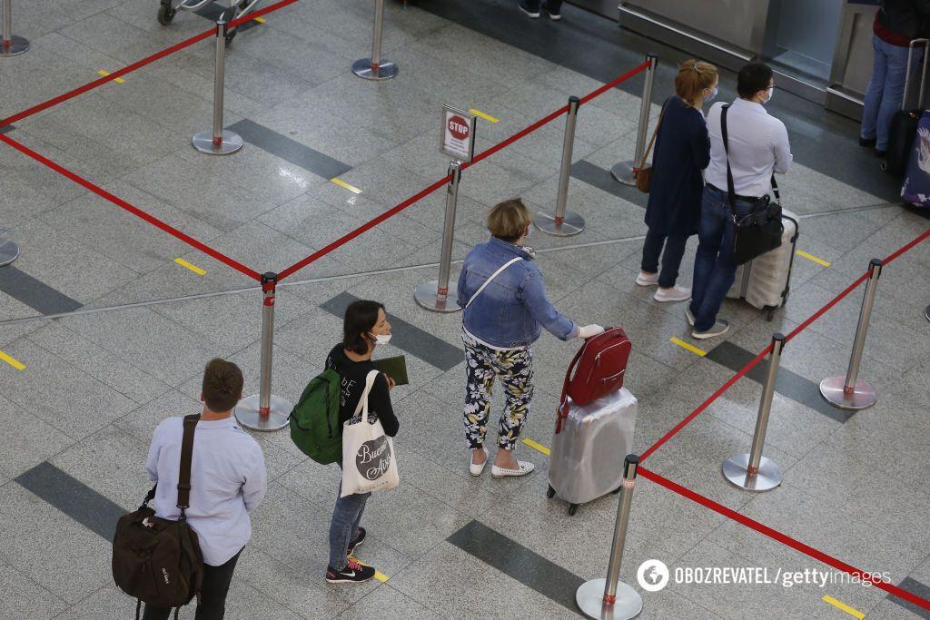 В аэропортах путешественники придерживаются социальной дистанции