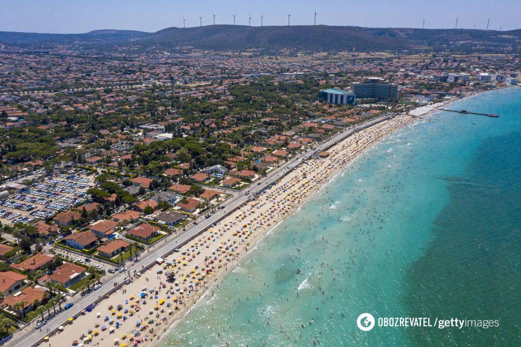 Лежаки на пляжах в Туреччині розміщено в 1,5-2 метрах один від одного