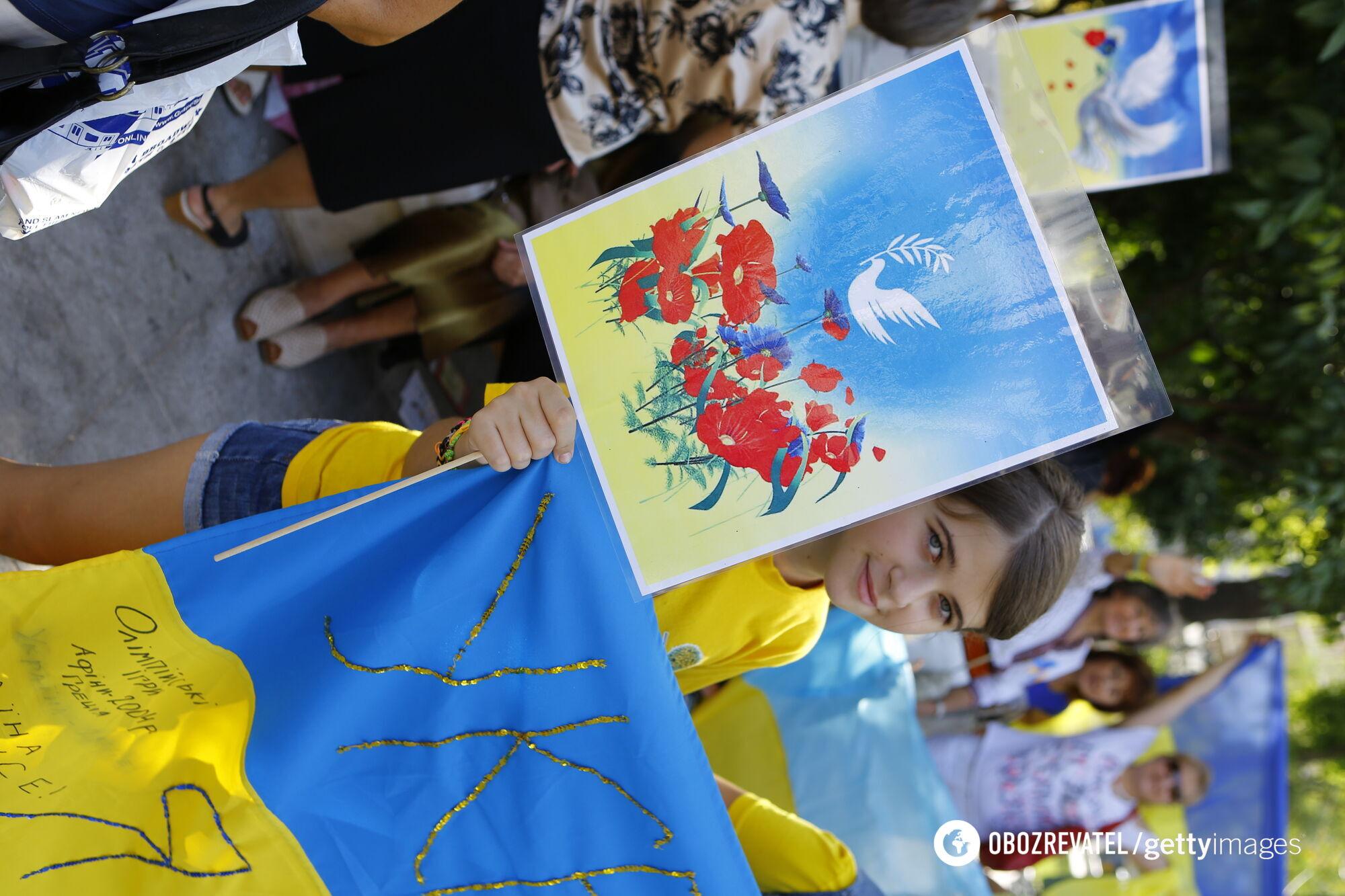 Михаил Грушевский затвердил желто-синий флаг. В современной Конституции Украины национальный флаг – сине-желтый