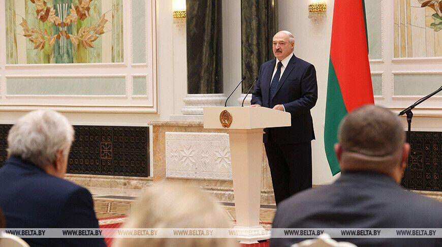 Александр Лукашенко на вручении наград медикам.