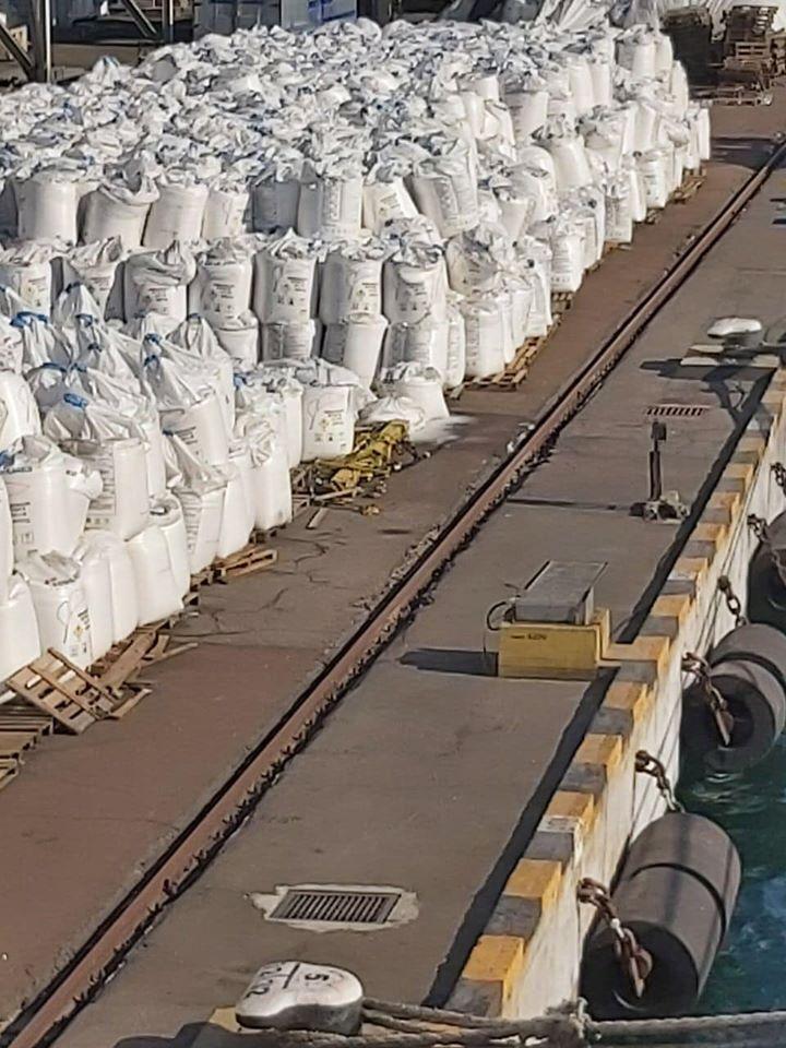 Удобрение складировано на протяжении нескольких сотен метров
